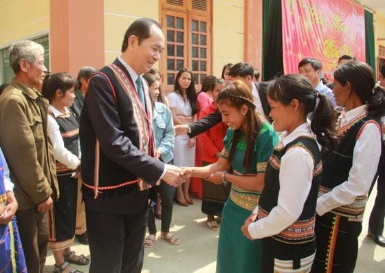 Chủ tịch nước Trần Đại Quang thăm, tặng quà đồng bào xã biên giới Rờ Kơi ảnh 3