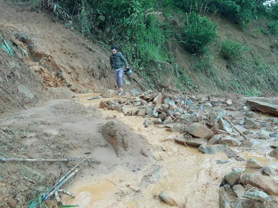 Kon Tum: Đường 482 tỷ xuyên rừng bị sạt lở nghiêm trọng, gây tắc đường ảnh 5