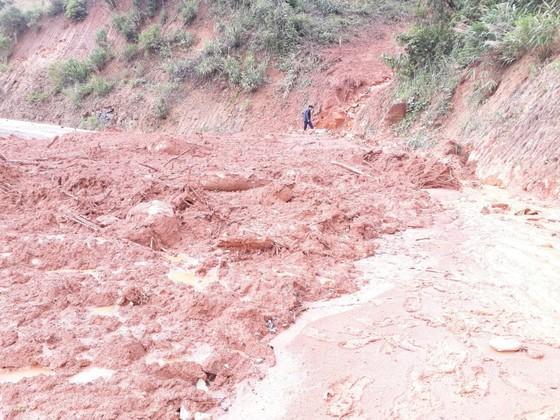 Kon Tum: Đường 482 tỷ xuyên rừng bị sạt lở nghiêm trọng, gây tắc đường ảnh 6
