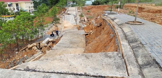 Nhiều tuyến đường tại Khu kinh tế cửa khẩu quốc tế Bờ Y tan nát ảnh 14