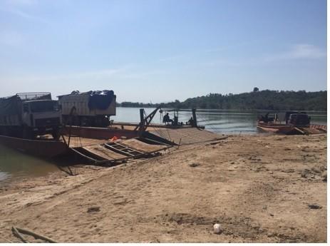 Kon Tum: Bắt 3 xe tải chở gỗ đang giấu trên sà lan chờ tẩu tán  ảnh 2