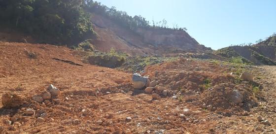 Đường bị đất đá vùi lấp nhiều tháng chưa khắc phục  ảnh 6