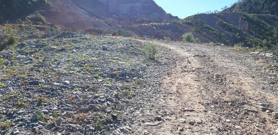 Đường bị đất đá vùi lấp nhiều tháng chưa khắc phục  ảnh 1