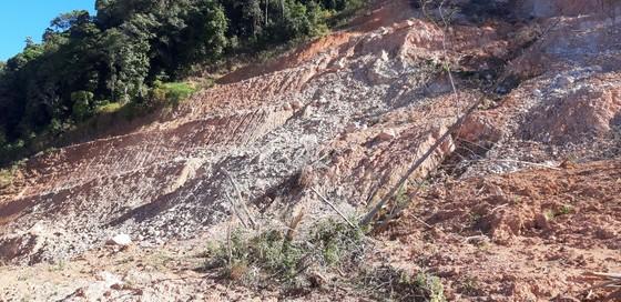 Đường bị đất đá vùi lấp nhiều tháng chưa khắc phục  ảnh 14