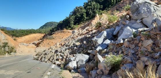 Đường bị đất đá vùi lấp nhiều tháng chưa khắc phục  ảnh 17