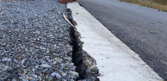 Vụ đường tránh 543 tỷ đồng bị vùi lấp, 4 tháng vẫn chưa sửa: Mặt đường nhựa bể nát, gãy đứt ảnh 9