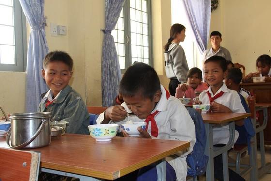 Giáo viên vùng cao nấu cơm trưa miễn phí cho học sinh ảnh 10