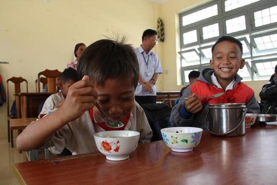 Giáo viên vùng cao nấu cơm trưa miễn phí cho học sinh ảnh 12