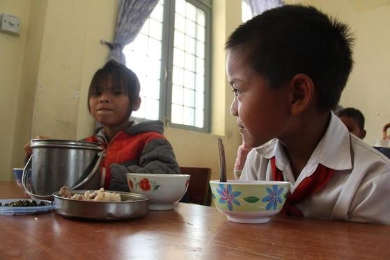 Giáo viên vùng cao nấu cơm trưa miễn phí cho học sinh ảnh 13