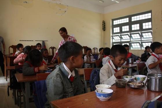 Giáo viên vùng cao nấu cơm trưa miễn phí cho học sinh ảnh 14