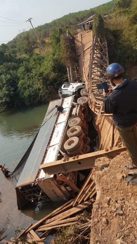 Gia Lai: Sập cầu sắt, tài xế may mắn thoát chết ảnh 1
