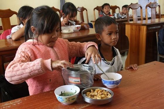 """Báo SGGP tiếp sức thầy cô """"ngôi trường bỏ tiền túi nấu ăn miễn phí cho học sinh"""" ảnh 3"""