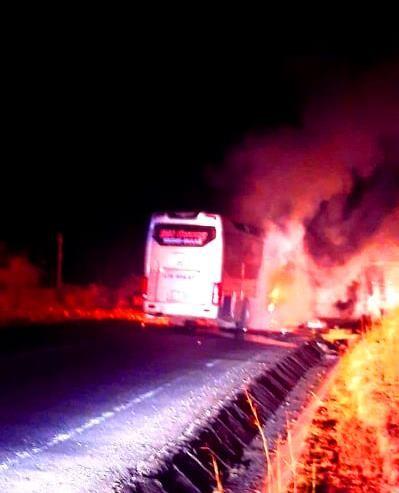 Cháy xe khách trong đêm, 11 người thoát chết ảnh 1