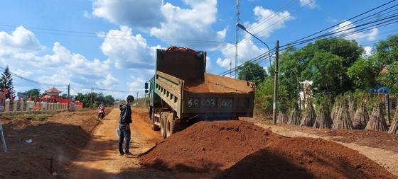 Bắt quả tang doanh nghiệp khai thác đất lậu để thi công đường  ảnh 4