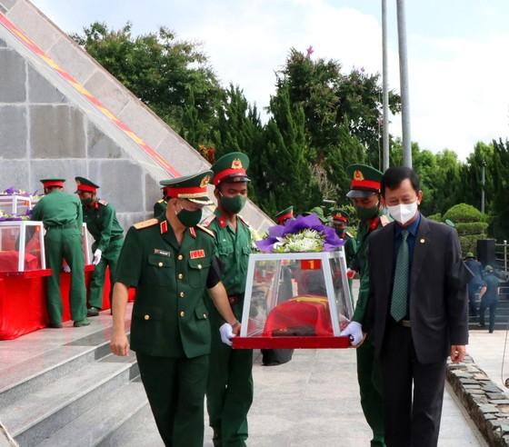 Kon Tum: Truy điệu và an táng 9 hài cốt liệt sĩ hy sinh trên đất bạn Lào ảnh 2