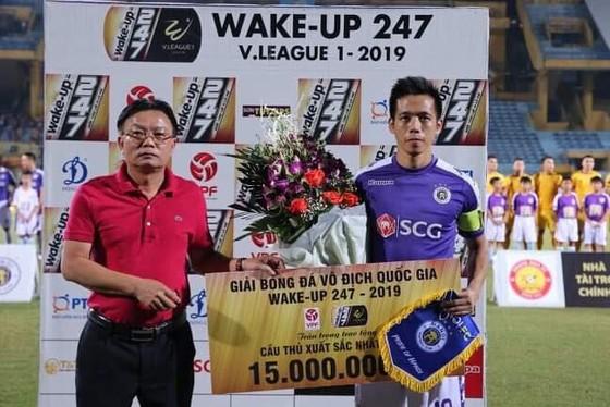 Văn Quyết nhận giải cầu thủ xuất sắc nhất tháng 7, trận đấu này Văn Quyết để lại dấu giày 4/5 bàn thắng. Ảnh: Minh Hoàng