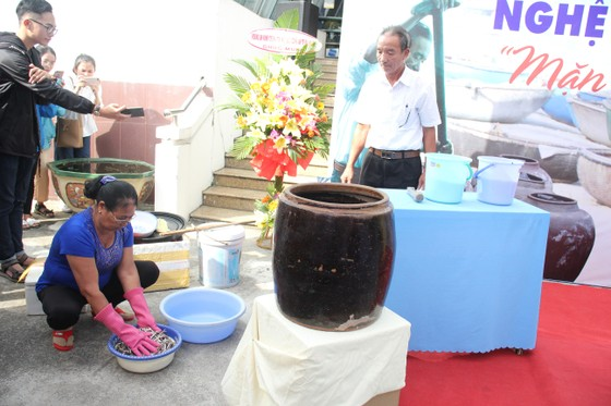 Sinh viên Đà Nẵng giao lưu với nghệ nhân làng nước Mắm Nam Ô ảnh 1