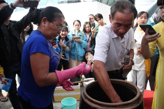 Sinh viên Đà Nẵng giao lưu với nghệ nhân làng nước Mắm Nam Ô ảnh 2
