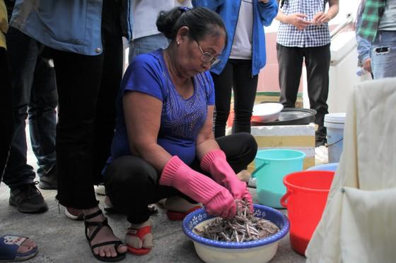 Sinh viên Đà Nẵng giao lưu với nghệ nhân làng nước Mắm Nam Ô ảnh 3