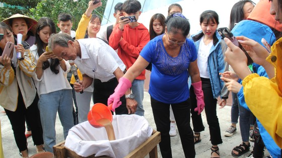 Sinh viên Đà Nẵng giao lưu với nghệ nhân làng nước Mắm Nam Ô ảnh 5