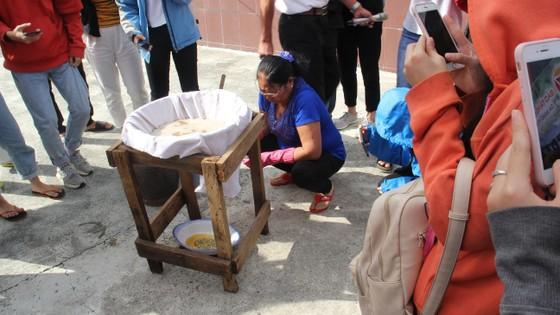 Sinh viên Đà Nẵng giao lưu với nghệ nhân làng nước Mắm Nam Ô ảnh 6