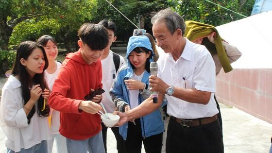 Sinh viên Đà Nẵng giao lưu với nghệ nhân làng nước Mắm Nam Ô ảnh 7