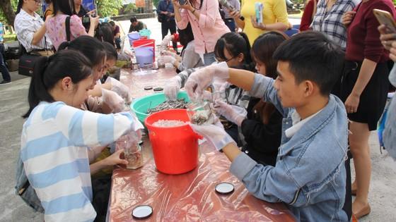 Sinh viên Đà Nẵng giao lưu với nghệ nhân làng nước Mắm Nam Ô ảnh 10
