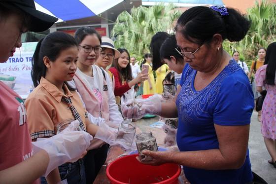 Sinh viên Đà Nẵng giao lưu với nghệ nhân làng nước Mắm Nam Ô ảnh 9