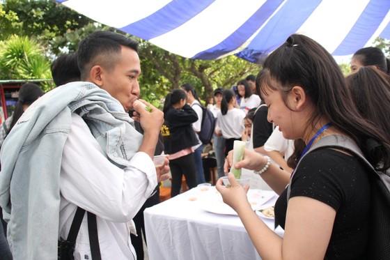 Sinh viên Đà Nẵng giao lưu với nghệ nhân làng nước Mắm Nam Ô ảnh 11