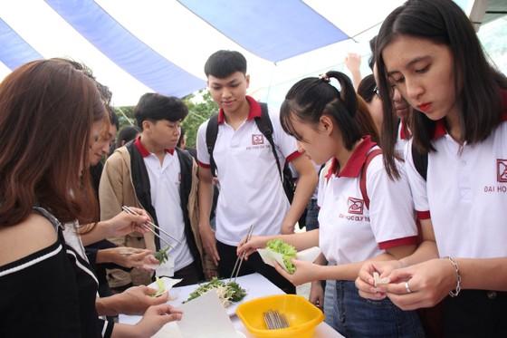 Sinh viên Đà Nẵng giao lưu với nghệ nhân làng nước Mắm Nam Ô ảnh 12