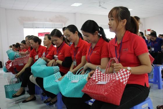 Tặng 1000 giỏ xách đi chợ cho nữ công nhân  ảnh 2