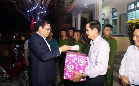 Lãnh đạo TP Đà Nẵng đến thăm, chúc Tết cán bộ, nhân viên thực hiện nhiệm vụ đêm Giao thừa ảnh 2