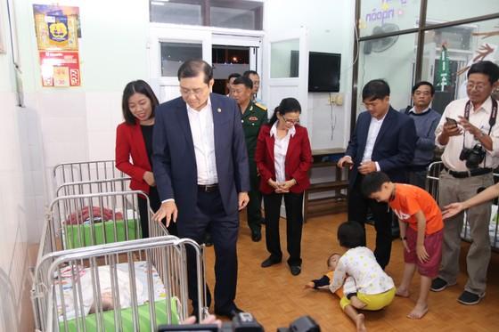 Lãnh đạo TP Đà Nẵng đến thăm, chúc Tết cán bộ, nhân viên thực hiện nhiệm vụ đêm Giao thừa ảnh 4