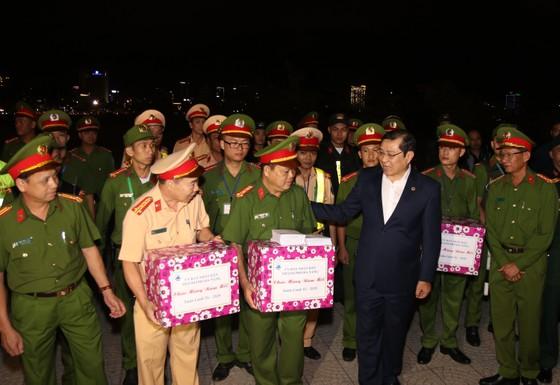 Lãnh đạo TP Đà Nẵng đến thăm, chúc Tết cán bộ, nhân viên thực hiện nhiệm vụ đêm Giao thừa ảnh 6