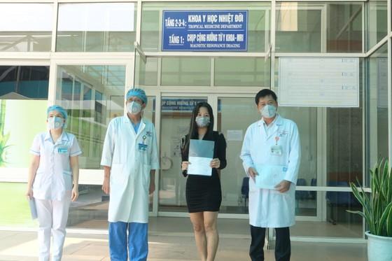 Bệnh nhân nhiễm Covid-19 số 122 được xuất viện ảnh 1