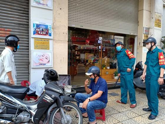 Người dân Đà Nẵng phấn khởi khi được cho hàng quán bán online và mang về ảnh 1