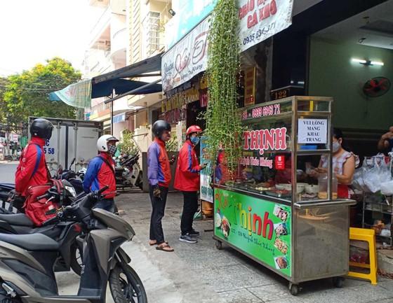 Người dân Đà Nẵng phấn khởi khi được cho hàng quán bán online và mang về ảnh 2