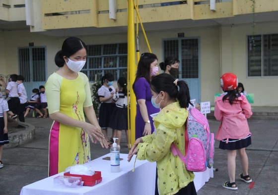 Đà Nẵng: Học sinh nghiêm túc thực hiện phòng, chống dịch khi trở lại trường học ảnh 4