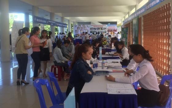 Hơn 1.000 học sinh, sinh viên, người lao động tham gia tư vấn, tìm việc làm ảnh 1
