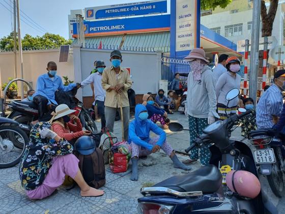 Người dân chực chờ trước chốt chặn phong tỏa để được chạy thận tại bệnh viện Đà Nẵng ảnh 1