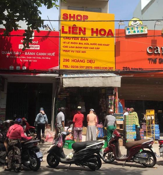 Người dân Đà Nẵng đổ xô mua hàng tích trữ dù hàng hóa không khan hiếm ảnh 2