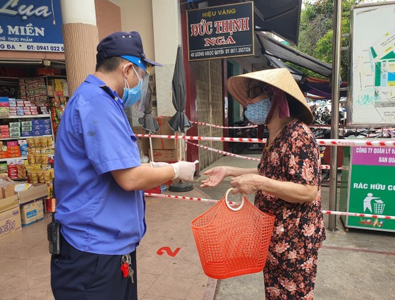 Đà Nẵng: Ngày đầu đi chợ bằng thẻ theo ngày chẵn lẻ ảnh 3