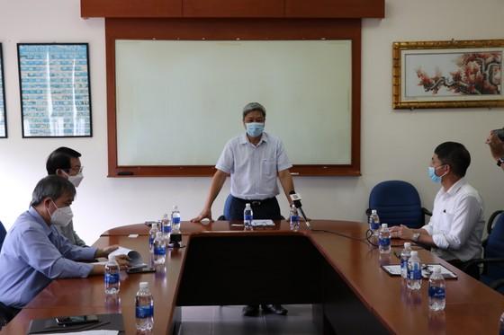 Thứ trưởng Bộ Y tế kiểm tra phòng chống dịch tại nhà máy, công xưởng ảnh 1