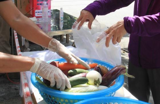 Quầy thực phẩm 0 đồng giúp đỡ người khó khăn trong dịch Covid-19 ảnh 16