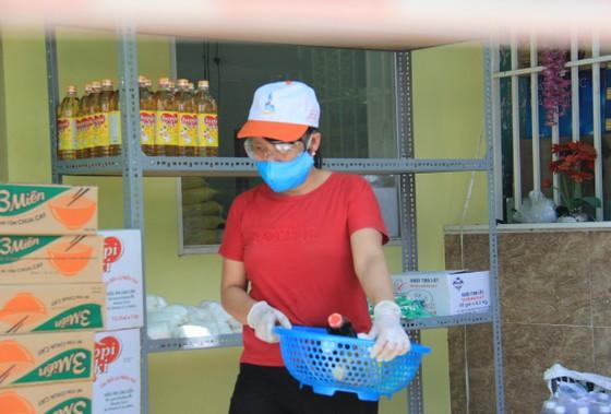 Quầy thực phẩm 0 đồng giúp đỡ người khó khăn trong dịch Covid-19 ảnh 12