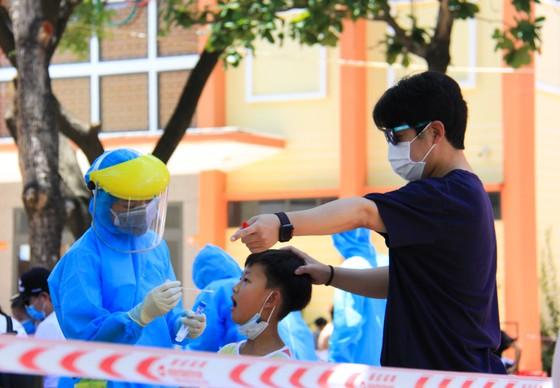 Gần 2.200 người nước ngoài được xét nghiệm Covid-19 tại quận Sơn Trà ảnh 7
