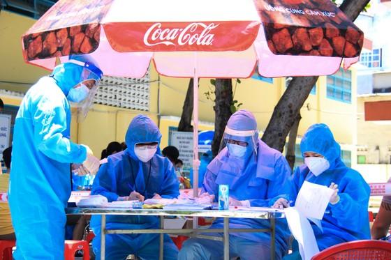 Gần 2.200 người nước ngoài được xét nghiệm Covid-19 tại quận Sơn Trà ảnh 12