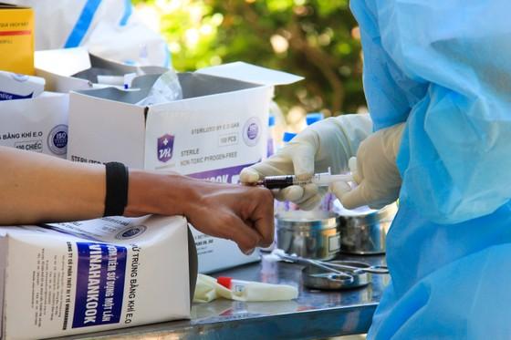 Gần 2.200 người nước ngoài được xét nghiệm Covid-19 tại quận Sơn Trà ảnh 11