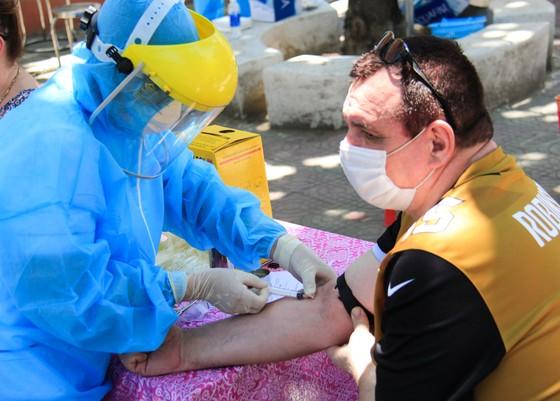 Gần 2.200 người nước ngoài được xét nghiệm Covid-19 tại quận Sơn Trà ảnh 9