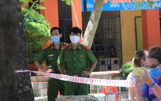 Gần 2.200 người nước ngoài được xét nghiệm Covid-19 tại quận Sơn Trà ảnh 14